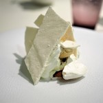 68780559 - カシスでマリネしたイチゴ 黒糖のアイス メレンゲ ホエーのソルベ