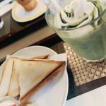 マフィンと絵本のカフェ シュガーアンドスパイス - ホットサンド(ハムたまご)フラペリッチ(抹茶)