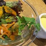 ル バー ラヴァン サンカンドゥ アザブ トウキョウ - ランチメニューのサラダとスープ