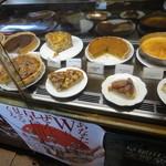 カフェ GOTO - ケーキが並ぶショーケース