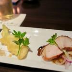 居酒家 Bistro ちゃぶや - お通し(400円) 榛名鶏のスモークと蕪の天ぷらのクミン塩添え