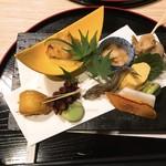 おもてなし旬魚と地鶏 ととや - 八寸:バイ貝、出汁巻き玉子、甘海老海鼠腸会え、稚鮎塩焼き、カラスミ大根、タコやわら煮、ハモ寿司、一寸豆