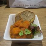 肉バル キングコング - お通しのひき肉、ジャガイモ、ニンジンのスパイス煮込み