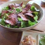 Cafe tenba - 【ローストビーフのっけ飯】ローストビーフを贅沢に敷き詰めてありました。サラダ感覚でさっぱり~。