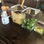 本格手打 麺の蔵 - 卓上の薬味