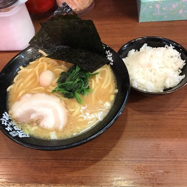 横浜家系ラーメン 池袋商店 - ラーメン(並)。 税込650円。 旨し。