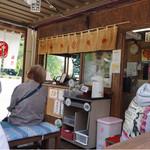 福丸 - 店内も賑わっています!(◎_◎;)。 かき氷機は、昔ながらの手動タイプです。