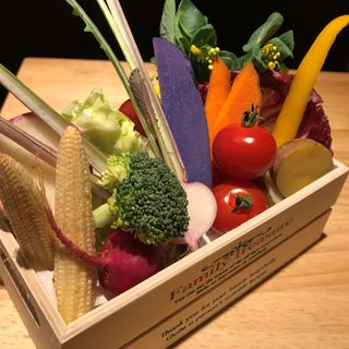 生産者から仕入れる新鮮野菜や、生育環境にこだわった赤身肉