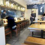 博多ラーメン・ちゃんぽん ひるとよる - カウンター席とテーブル席。