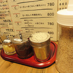 博多ラーメン・ちゃんぽん ひるとよる - 卓上。
