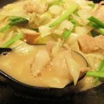 博多ラーメン・ちゃんぽん ひるとよる - スープは濃厚でとろみがあるほどです。