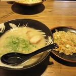 博多ラーメン・ちゃんぽん ひるとよる - らーめん+半焼きめし800円。