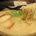 博多ラーメン・ちゃんぽん ひるとよる - コクがあるのに、スッキリした味わいの豚骨スープはとても優秀です。
