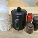 とんかつ 麻釉 - 卓上にはとんかつソース、醤油、和芥子、七味、食卓塩