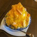 倉式珈琲店 - 「果肉たっぷりマンゴーみるく」(740円+税)。