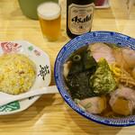 手打ちラーメン 本丸 - 「醤油チャーシュー麺」(800円)と「半チャーハン」(350円)