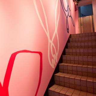 トリコロールカラーのイラストに気分が高まる、お店への階段
