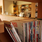 cafe TATI - 店内には洋書や雑誌がたくさん