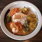 ORAS - 海老カレー プレート(小) ¥1000  バスマティライスが中央  エビカレー レンズ豆のカレー ココナッツのふりかけ オクラのカレー カシューナッツとさつま芋のカレー  三つ葉と水菜のサラダ