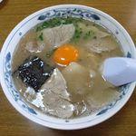 幸陽閣 - 卵入りラーメン ¥620  丼が深くスープがたっぷりと つがれている、表面には脂の層がありネギ・海苔・黄卵が浮く  いかにも濃厚そうな一杯で食べる前から胸が高鳴る。