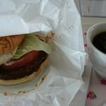 寒風山食堂 - なまはげバーガー500円。コーヒーはサービスです。 バンズがしわくちゃなのは、多分、あのチン音のせいだな(^o^)