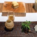 スパイスカフェ - 2017.6 マジョラムシード入りのコーンブレッドと前菜盛り合わせ4種類