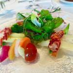 シェヌー - 季節の野菜に囲まれた海老と北寄貝のサラダ 色合いが美しい〜♡素材の新鮮さが際立ちます!