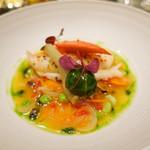 68893368 - ブール・ド・クルスタッセで温めたオマール・ブルー 香味野菜のナージュ バジルとオリーブオイルの香り ズッキーニのチャツネを詰めたサラダ菜のボンボン