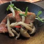 68895471 - 魚料理はきのこと赤魚のガーリックオイル煮。                                              此方も出汁とガーリックオイルが絶妙に絡んで赤魚の旨みを引き出してます、洋食だったらバケットが欲しいくらいです。