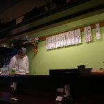 米蔵 - お店はカウンター7席 他にテーブルが二つあります。