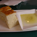 トラットリア ギヘイ - 自家製パン オリーブオイル添え