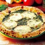 ナポリの窯 - 料理写真:フランス産バジルは香りも豊かで彩りも鮮やか。                     その究極のバジルを最大限にいかし、イタリア産ナチュラルチーズ、オリーブオイル、ニンニク、塩を使用した弊社オリジナルのバジルソースを使用。トッピングはモッツァレラチーズのみとシンプルですが、こだわりのバジルソースとの組み合わせは絶品です。