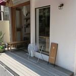 おむすび まるさんかく - エクリュの壁と使い込んだ木のカウンターがナチュラルな小さな店2