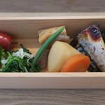 おむすび まるさんかく - 鯖の西京漬け焼きや野菜の炊合せなど総菜盛り
