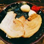 横浜家系ラーメン 町田商店 マックス - 小ライス(100円)を頼み、taroさんを真似、カスタムした画(≧▽≦)。赤いのは豆板醤。刻み生姜も載せたら良かったかな。