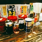 横浜家系ラーメン 町田商店 マックス - 卓上にはいろんな味変のための調味料。他に生刻み玉葱もあります。