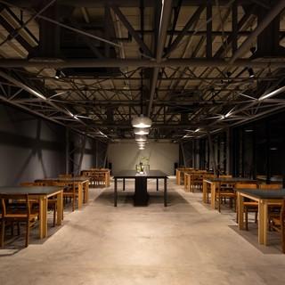 伝統的建築物に指定された自社工場をモダンにリノベーション