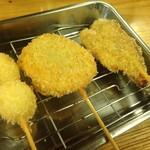 立呑み 龍馬 - 左からウズラ玉子、レンコンの肉詰め、カツオのたたき