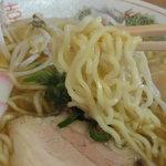 ゆらや食堂 - 麺は白っぽいスクエアーな中細縮れ麺