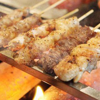 串焼き1本90円〜自家製ブレンド塩で焼き上げる手打ちの串焼