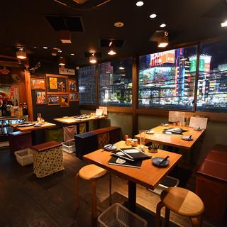 大都会・新宿の夜景を肴に一杯♪モダンな空間で楽しいひとときを