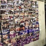 淡淡 - 壁にはすごく沢山の高校生達の写真