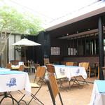 スポーティフ カフェアンドレストラン - 開放的な中庭テラス席は19時までワンちゃんOK
