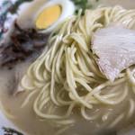 68927177 - 白濁したスープはまさに昔ながらの豚骨! 麺は久留米らしいちょい太めの中細ストレート。