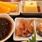 まーくん - 玉子豆腐、蓮根のきんぴら、白和え、もずく酢、果物