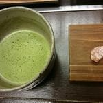 68930713 - お抹茶と野菜菓子。