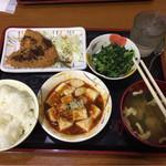 大衆食堂半田屋 - 料理写真:アジフライ+麻婆豆腐+ほうれん草のおひたし+お味噌汁