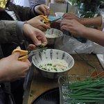 赤坂製麺所 - おばちゃん指導のもと、ハサミで葱を切る