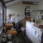 赤坂製麺所 - 麺を洗う男性は、近寄りがたいくらいに真剣な表情