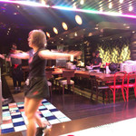 ダンシング クラブ - 踊っているスタッフ